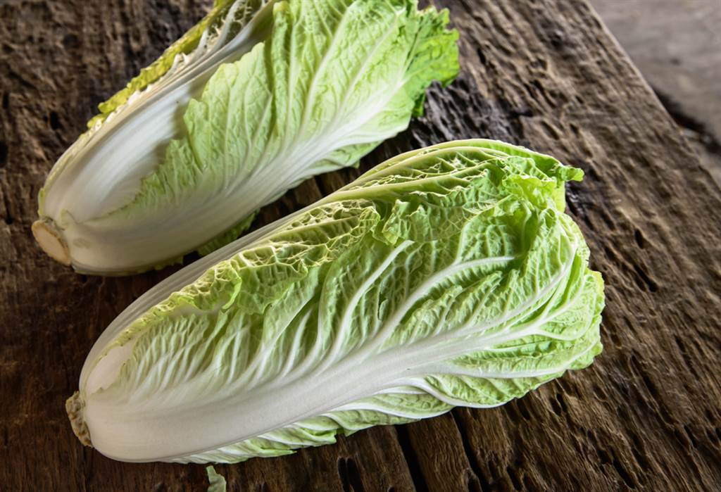 不少人誤以為白菜上的小黑斑是不新鮮所致,對此,就有日本醬菜店老闆解釋,其實那是一種名為多酚的營養素。(達志影像)