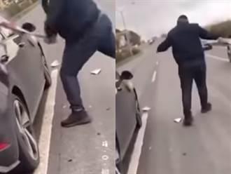 直擊囂張砸車 變換車道遭「前後包夾」男暴怒拿球棒狂砸