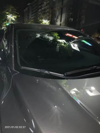 不滿被女駕駛按喇叭 高雄舞廳前3惡煞亮刀砸車