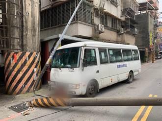 中和社區巴士駕駛疑精神不濟 自撞電線桿15歲女乘客輕傷