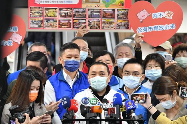 侯友宜今視察泰山公有市場豬肉原料標示情形及來源憑證保留。(許哲瑗攝)