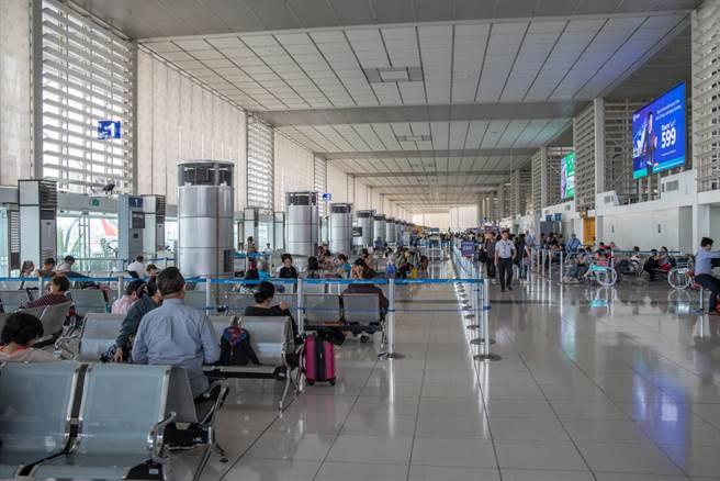 英國變種病毒入侵台灣,指揮中心宣布自元旦起禁轉機、非本國籍入境,展開為期一個月的「鎖國政策」,對此,急診醫師也提出3點支持。(示意圖/Shutterstock)