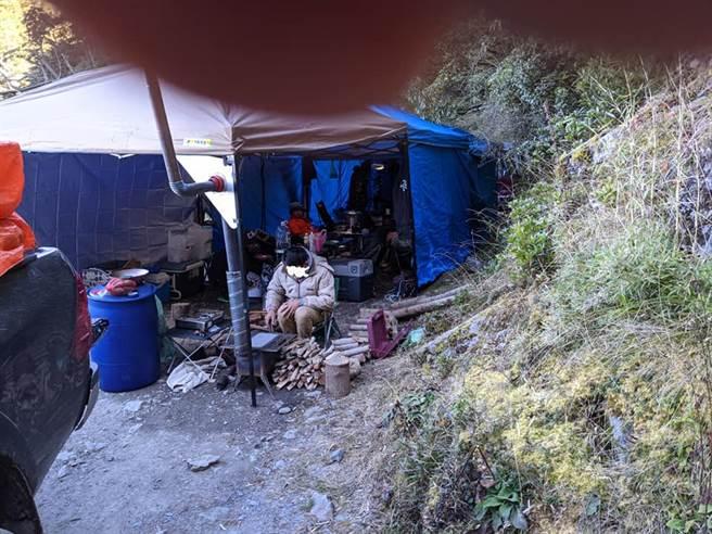 南投縣郡大山登山口處停了9台轎車,一群遊客在道路上搭起帳篷、烤地瓜,導致後方的接駁車無法通行。(圖/翻攝自臉書「登山通報站」)