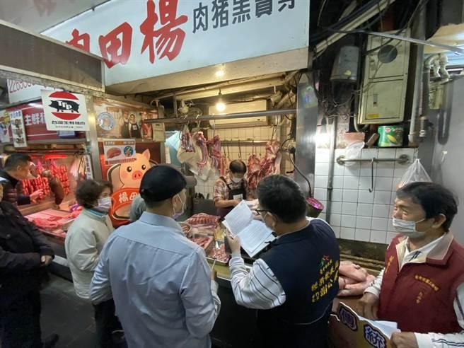 台中市衛生局、經濟發展局、農業局等局處,2日兵分4路前往大賣場、超市、餐廳、傳統市場,針對業者使用豬肉產地標示販售豬肉情形進行稽查。(台中市衛生局提供/張妍溱台中傳真)