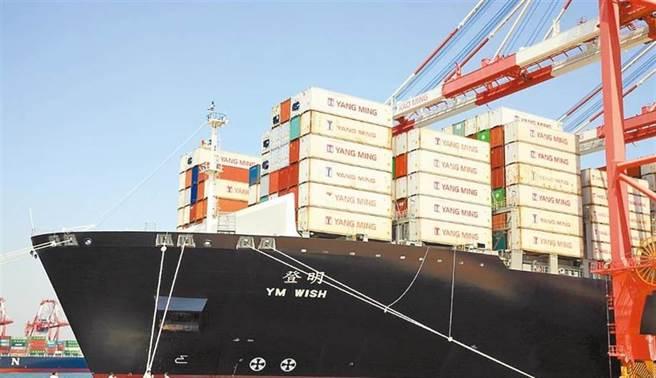 缺船、缺櫃、缺工助長了貨櫃航運的運價,促成了航運股的大行情。圖為陽明「登明輪」。(圖/中時資料照)