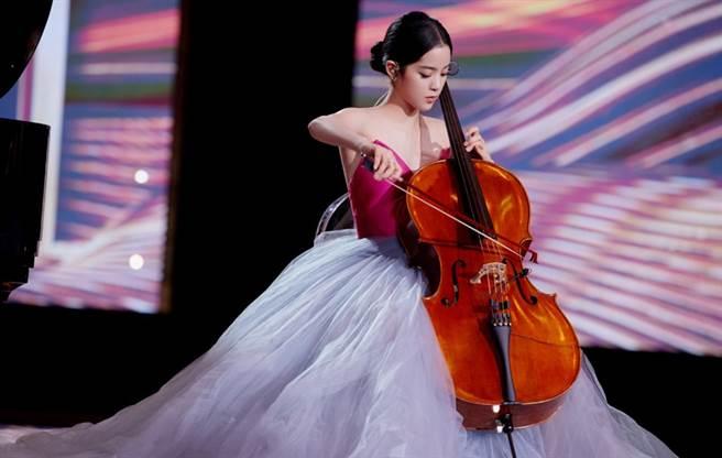 歐陽娜娜跨年夜登上央視表演大提琴。(圖/微博@歐陽娜娜工作室)