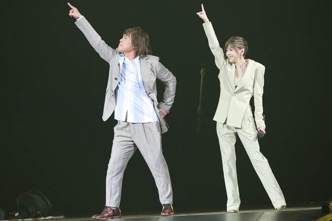 王心凌(右)和伍佰演唱〈你是我的花朵〉,帶領全場歌迷一起跳「花朵舞」。(盧禕祺攝)