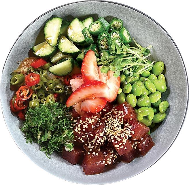 〈草莓波奇〉的創作靈感來自夏威夷的「生魚片蓋飯」(Poke Bowl),是一兼顧健康與「美拍」的「高顏值料理」。圖/姚舜