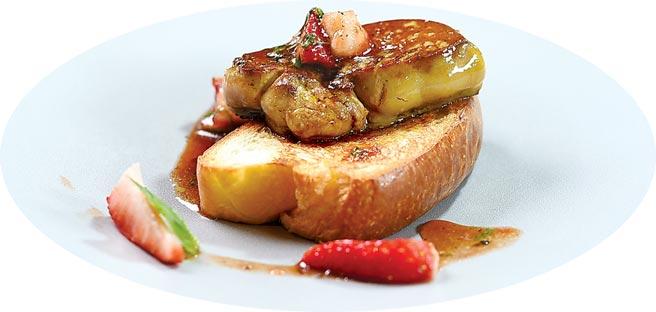 〈草莓揪肝心〉是以草莓、主廚特製草莓醬,搭配香煎鴨肝和布里歐麵包呈現,是一道奢華的草莓鹹食。圖/姚舜