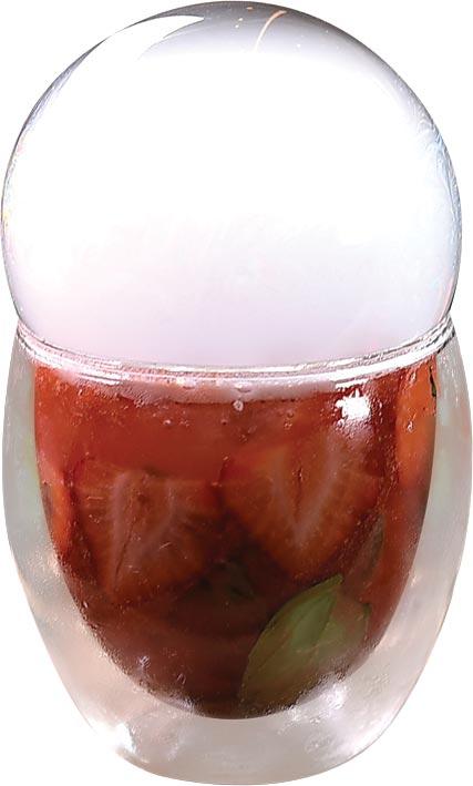 〈傲椒草莓〉是一款充滿夢幻視覺系路線的飲品,調酒師利用食用泡泡水製造「美得冒泡」的意象。圖/姚舜