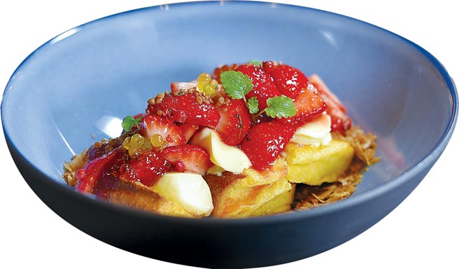 〈草莓布丁兄弟〉是以草莓搭配麵包布丁、焦糖布丁、芭瑞脆片,以及跳跳糖和以橄欖油製成的分子球呈現,是一道時尚草莓甜點。圖/姚舜