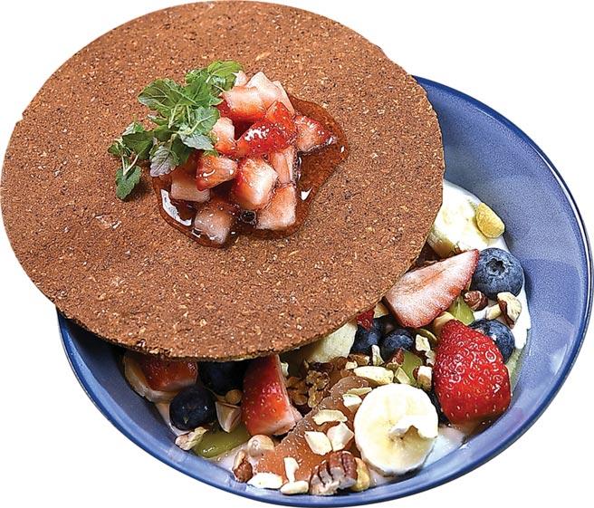 〈草莓躲起來〉是在希臘風味的草莓優格沙拉上,覆蓋了一片燕麥餅。圖/姚舜