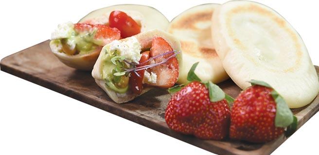 品嘗〈草莓勞倫斯〉可以主廚自製皮塔餅(Pita Bread)夾入草莓優格沙拉作餡,「一菜雙饗」,更添食趣。圖/姚舜