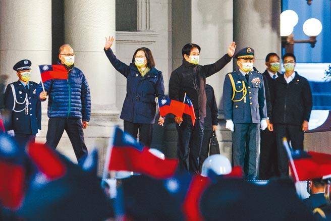 蔡英文總統(左)、副總統賴清德(左二)1日出席府前廣場「中華民國110年元旦總統府升旗典禮」,2人手持國旗一同向台下來賓揮手致意。(郭吉銓攝)