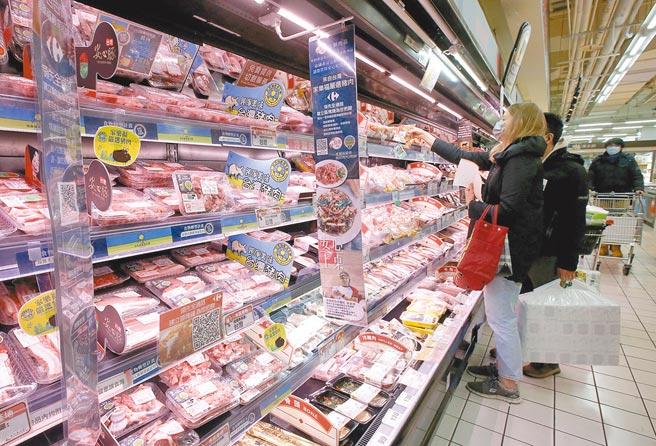 含萊克多巴胺豬肉1日開放進口,台北市知名賣場應台北市政府要求設置不含萊劑專區,提供肉品清楚標示產地讓民眾選擇,圖為民眾挑選架上肉品。(趙雙傑攝)