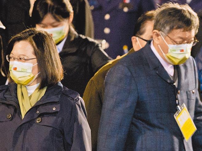 中華民國110年元旦總統府升旗典禮1日舉行,蔡英文總統(左)、台北市長柯文哲(右)一同出席,兩人整場毫無互動。(杜宜諳攝)