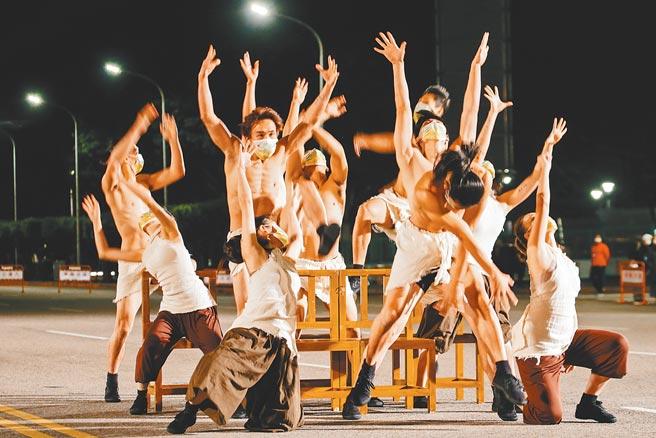 中華民國110年元旦總統府升旗典禮1日在總統府前廣場舉行,配合防疫措施,表演團體都戴上口罩演出。(郭吉銓攝)