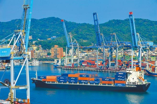 台灣對大陸出口將持續增加。圖為貨櫃船緩緩駛出基隆港。(劉宗龍攝)