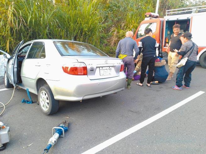 台南市山區1日下午發生自撞車禍,車上4人1人輕傷爬出車外求援,受困3人當場沒有生命跡象,送醫後前座2人不治,另1人仍與死神拔河中。(讀者提供/莊曜聰台南傳真)