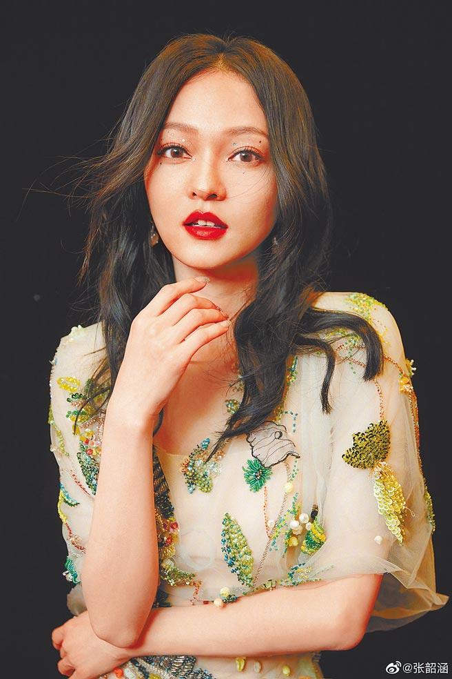 張韶涵前晚在浙江衛視跨年獻唱,被網友狠批唱到走音。(摘自微博)