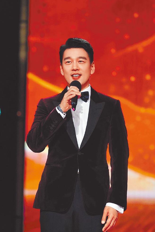 王耀慶前晚登上央視跨年晚會,一展歌藝。(摘自微博)