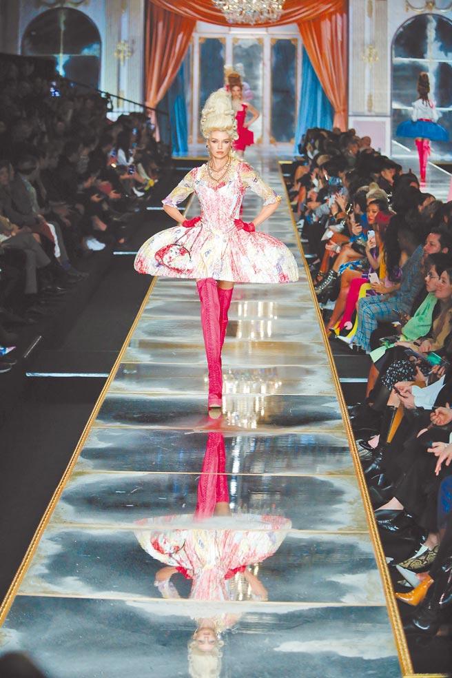 今年Moschino秋冬系列裙撐式洋裝,讓人瞬間回到80年代轟動的漫畫《凡爾賽玫瑰》時光。(美聯社)