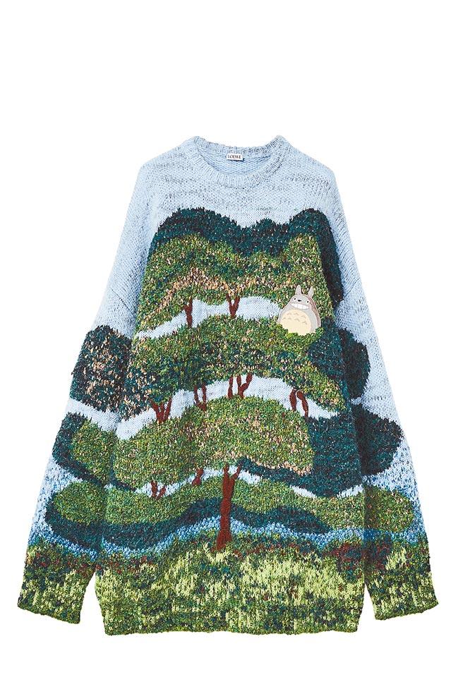 可愛的龍貓角色齊聚這次的聯名作品中。龍貓長袖毛衣,價格店洽。(Loewe提供)