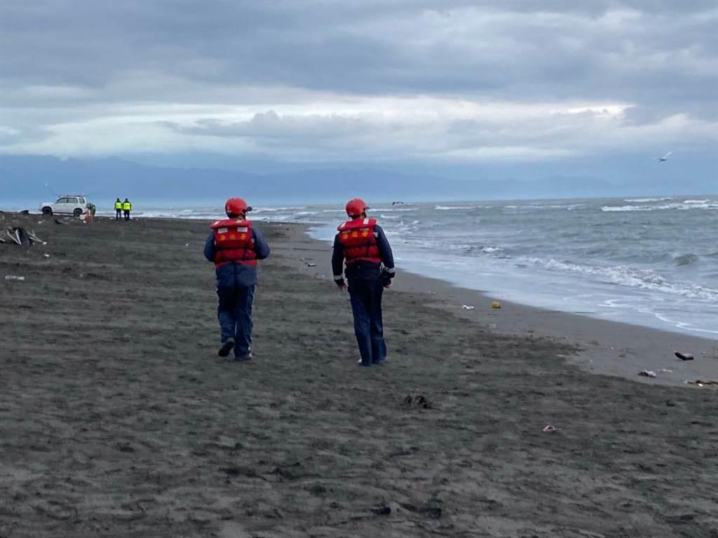 宜蘭五結夜捕鰻苗一人遭浪捲一,海空進行搜索。(海巡署提供)