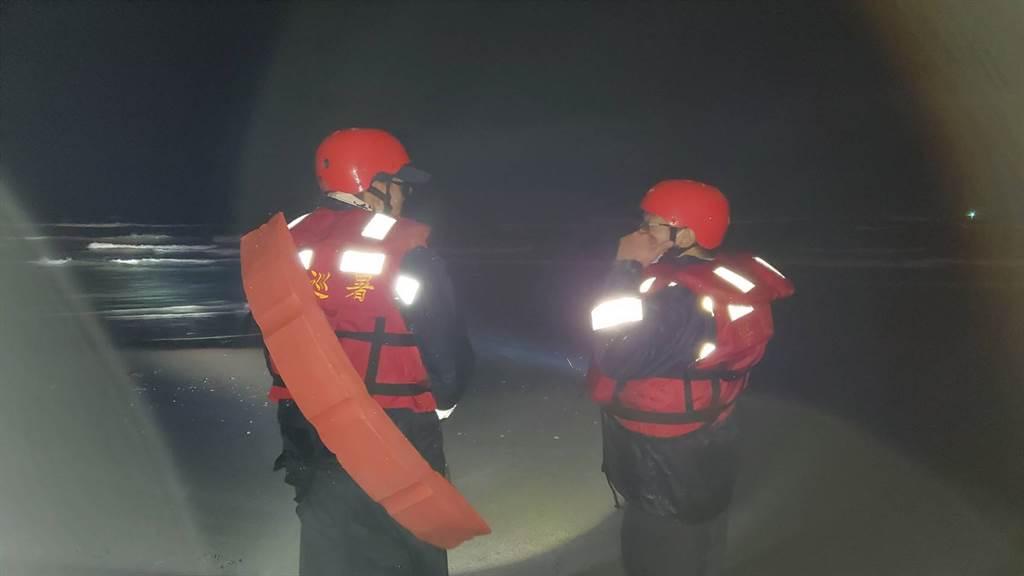 宜蘭五結夜捕鰻苗一人遭浪捲走,海空進行搜索。(海巡署提供)