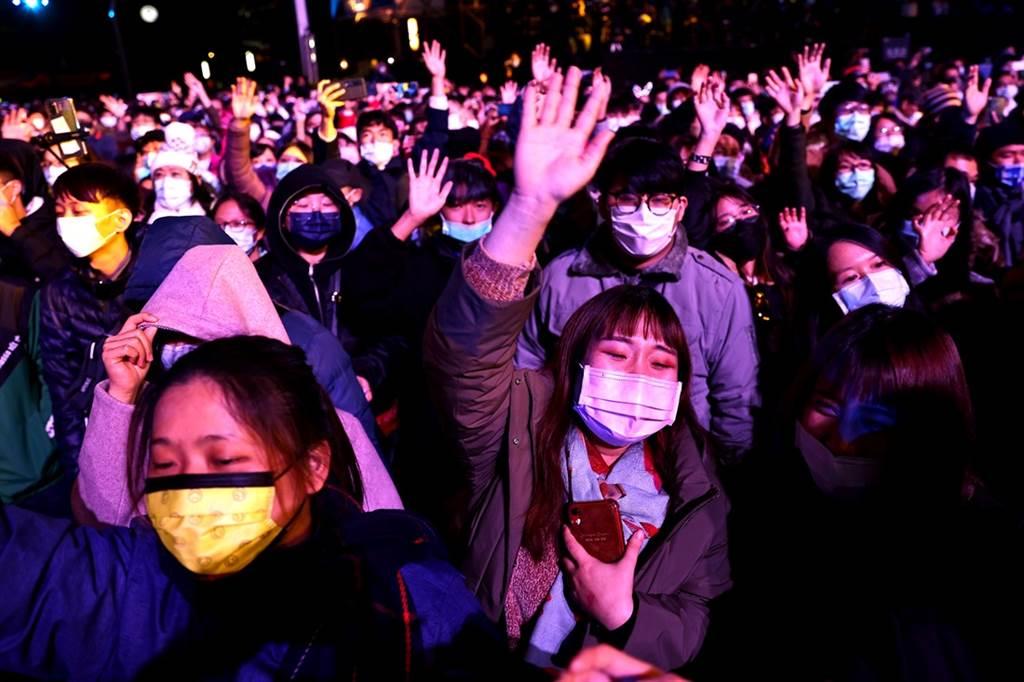 台灣防疫繳出亮眼成績單,不過《紐約時報》(New York Times)2日刊文指出,台灣人的生活正常到「詭異」的程度。不過也點出,鎖國政策並非長久之計。(圖/路透)