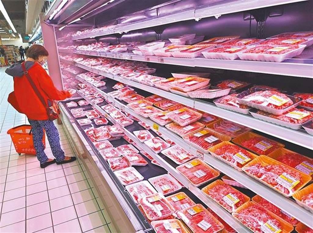 含有萊克多巴胺豬肉今年元月開放進口。圖為民眾到超市購買豬肉。(示意圖/中時資料照)