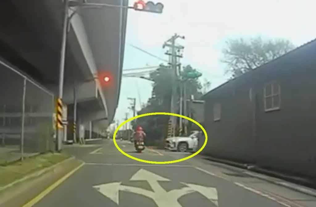 桃園一名60歲女騎士闖紅燈遭撞,畫面相當驚悚。不過眾多網友看完車禍影片,卻直呼「駕駛真衰」!(截自臉書社團《爆料公社》)