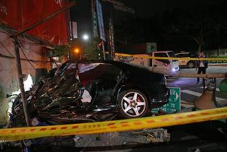 轎車直衝北投檳榔攤 撞斷電桿直插入民宅水泥牆