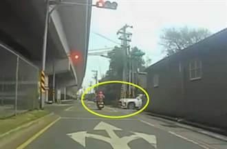 阿桑騎車闖紅燈被撞「噴飛半空」 18秒影片曝光網:汽車真衰