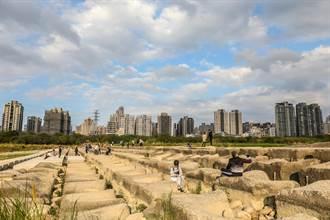 頭前溪乾旱豆腐岩變「豆腐乾」 成民眾拍照打卡景點