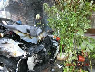 2車碰撞、車主緊急跳車 轎車衝進民宅引火災