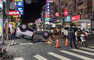 台南轎車失控連撞2車及號誌箱 駕駛車輛翻覆1人受傷