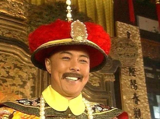 男星張鐵林在電視劇《還珠格格》中飾演乾隆皇。(圖/ 摘自微博)