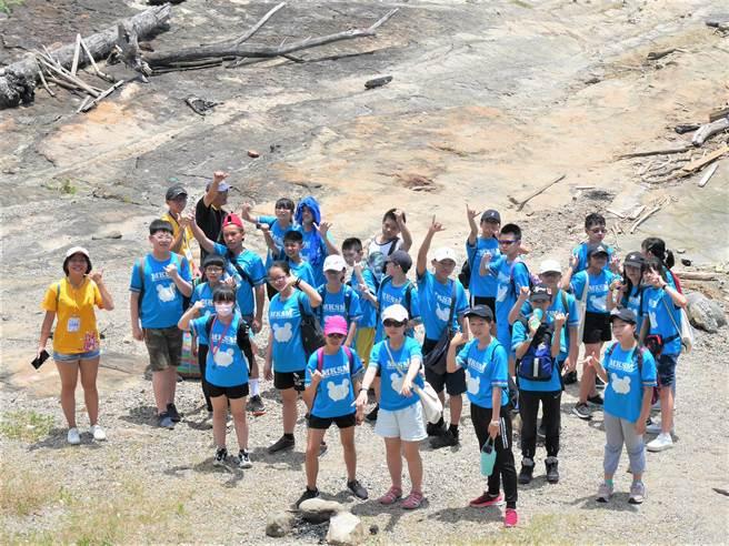 基隆海都青年壯遊點辦理戶外教育活動,讓基隆深美國小學生於平浪橋潮間帶淨灘。(教育部提供/林志成台北傳真)