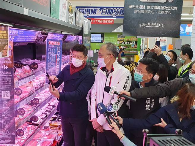新北市副市長謝政達今(3日)上午10時許前往中和家樂福視察賣場豬肉品產地標示及供貨銷售情形。(葉書宏攝)