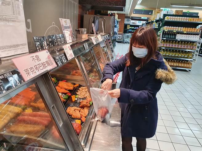 新北市副市長謝政達今(3日)前往中和家樂福視察賣場豬肉品產地標示及供貨銷售情形。(葉書宏攝)