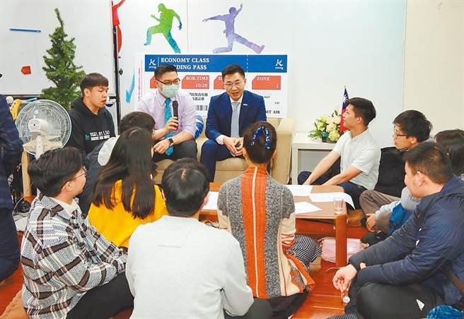 圖為國民黨主席江啟臣(中)與青年對談。(本報資料照片)
