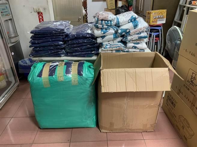人安基金會苗栗站發送防寒物資,包含外套、毛毯、暖暖包、口罩等。(人安基金會苗栗平安站提供/巫靜婷苗栗傳真)