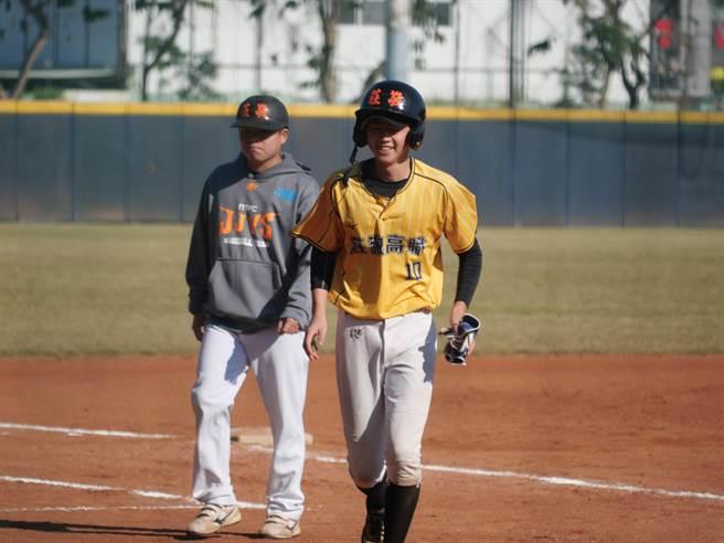 莊敬高職隊長高子靖(右)敲出關鍵超前安打。(學生棒球聯盟提供)