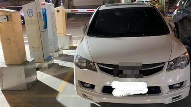 女停車場裡「完美停車」 其他駕駛好尷尬:這3寶智商超高(圖片取自/新竹爆料公社)