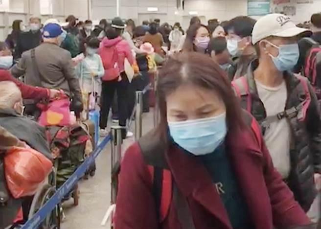 香港疫情嚴重再加變種病毒,每日有數千民眾逃港北上避疫。圖為排隊等候通關進入深圳的香港民眾。(圖/東網)