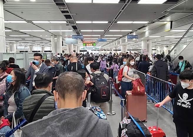 香港1個月已內有41名新冠病例死亡,12月以來逃港避疫人數快速增加。港媒以「抗疫無能,留港等死」為題,痛批港府防疫工作失當。圖為在關口排隊等待入境深圳的逃港民眾。(圖/東網)