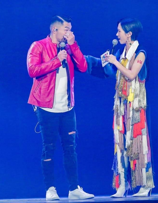 李玖哲(左)噴淚,主持人Lulu送暖。(盧禕祺攝)