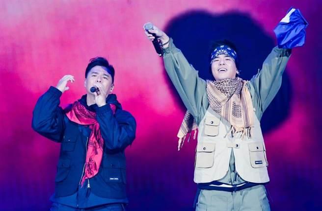 竇智孔(左)與柯有倫合唱。(盧禕祺攝)