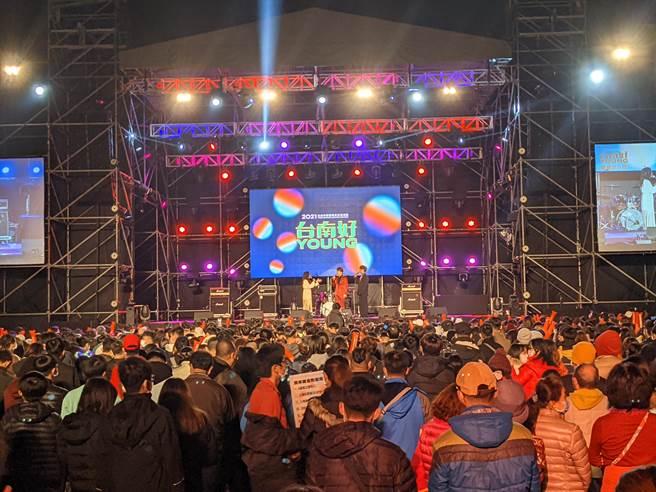台南市政府晚間在新營舉辦「台南好YOUNG-青春流行夜」演唱會,採限量實名制,吸引2000民眾進場同歡。(莊曜聰攝)